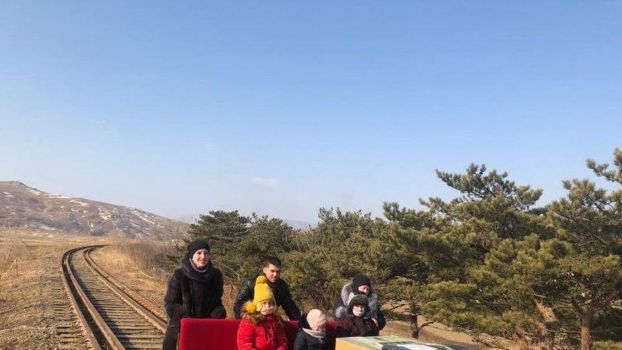 Triều Tiên đóng cửa, nhân viên Nga đẩy xe goòng về nước