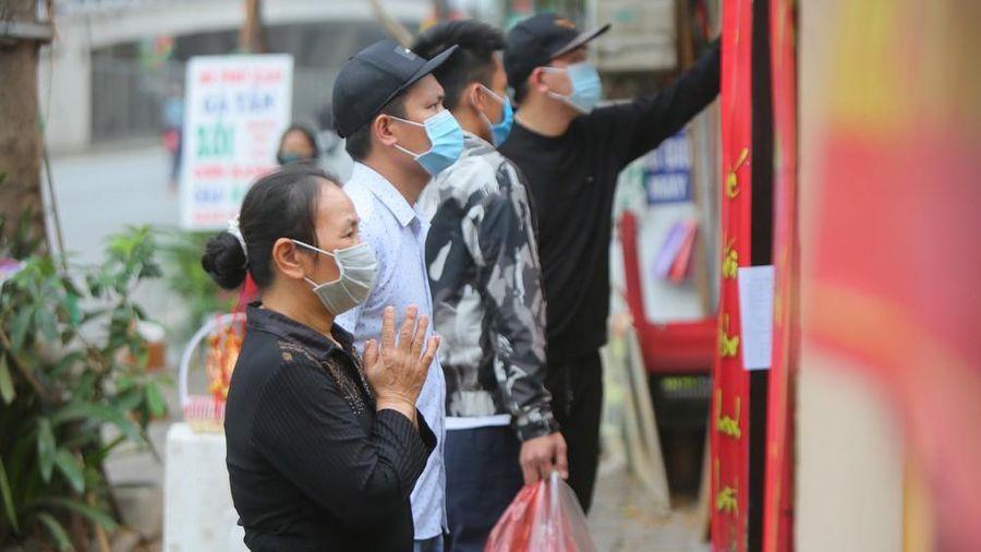 Đền chùa đóng cửa, người dân Hà Nội đứng ngoài vái vọng ngày rằm tháng Giêng