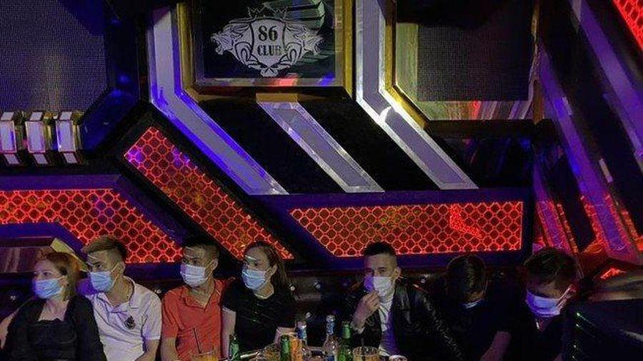 Bắt quả tang nhóm nam nữ phê ma túy trong quán karaoke