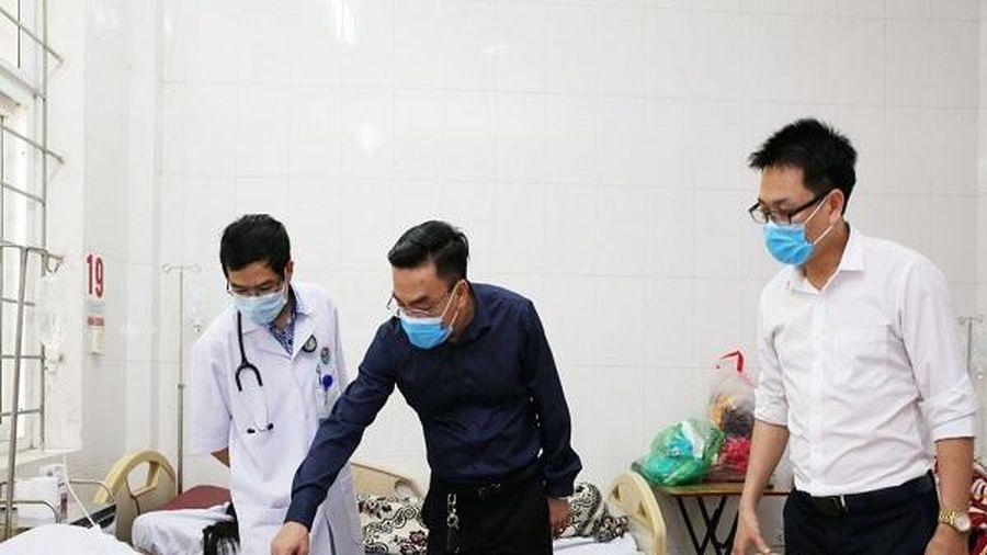 Nhiều người trong nhà bị ngộ độc sau khi ăn thịt bê thui mua dọc đường