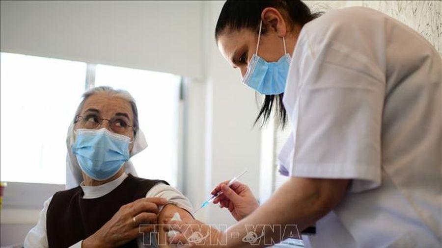 Vaccine COVID-19 cứu sống nhiều người cao tuổi Israel