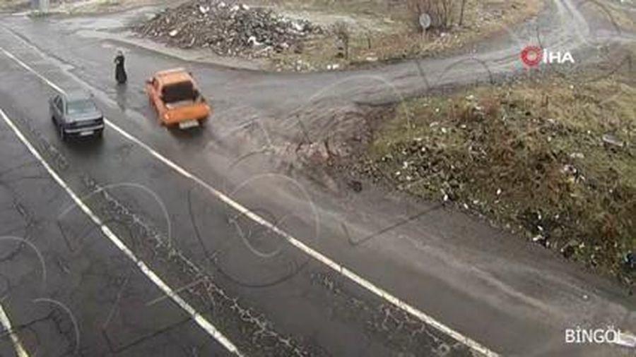 Người phụ nữ thoát chết khi đứng giữa hai xe ô tô tránh nhau