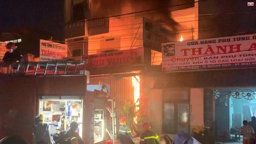 Quảng Ngãi: Cảnh sát kịp cứu 2 cha con kẹt trong đám cháy