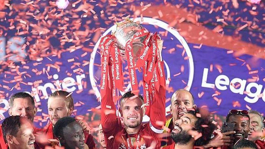 Lạ lùng 2 CLB diễu hành ăn mừng ngôi vương Premier League