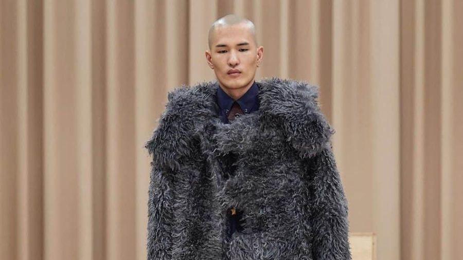 Người mẫu Nhật Bản cao 1,91 m nổi tiếng khi cạo trọc đầu