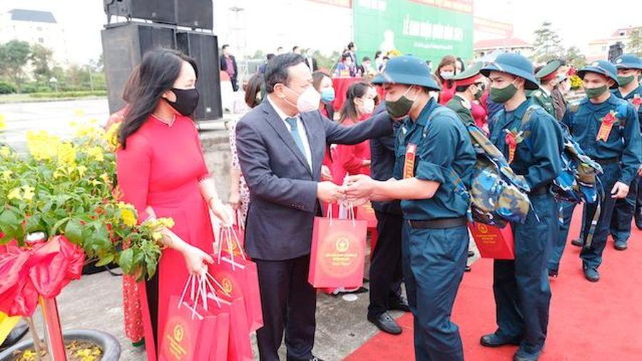 Phòng dịch Covid-19 nghiêm ngặt tại lễ giao nhận quân huyện Mê Linh