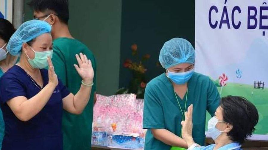 Chăm sóc bệnh nhân COVID-19 bằng tất cả tình thương