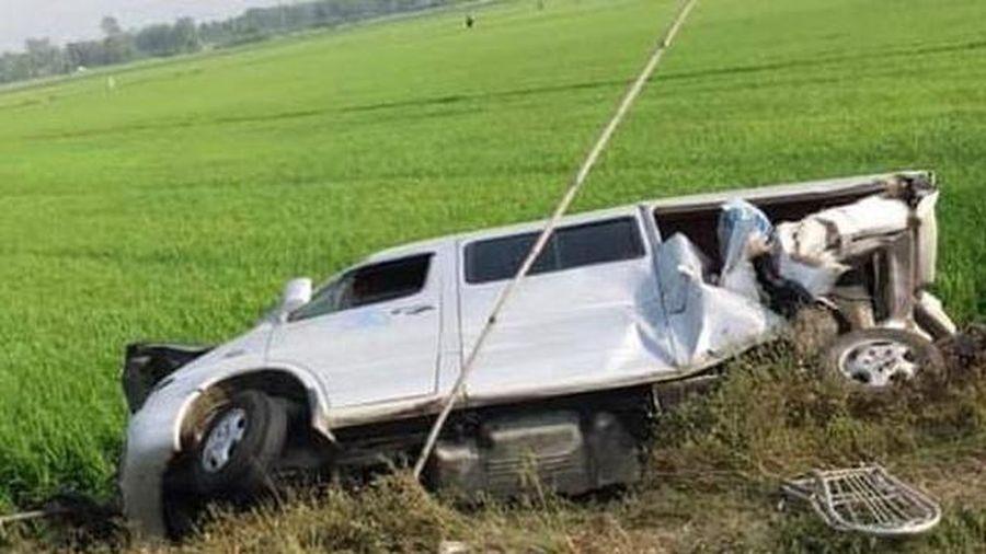 Bạc Liêu: Xe tải va chạm xe 16 chỗ, 8 người thương vong