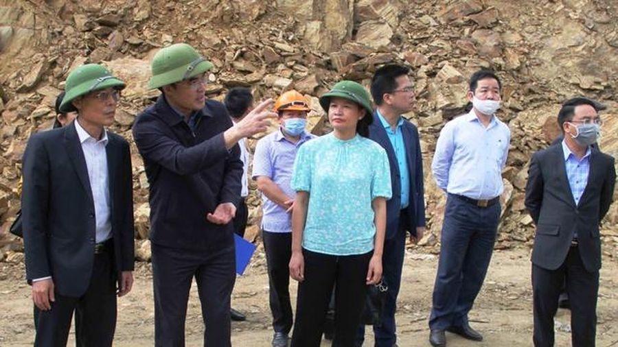 Thanh Hóa: Phó Chủ tịch tỉnh kiểm tra vụ sạt lở ta-luy đe dọa trường học