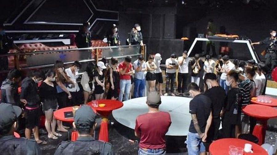 Phát hiện 33 nam thanh nữ tú 'say' ma túy, quay cuồng trong tiếng nhạc tại Holiday Club