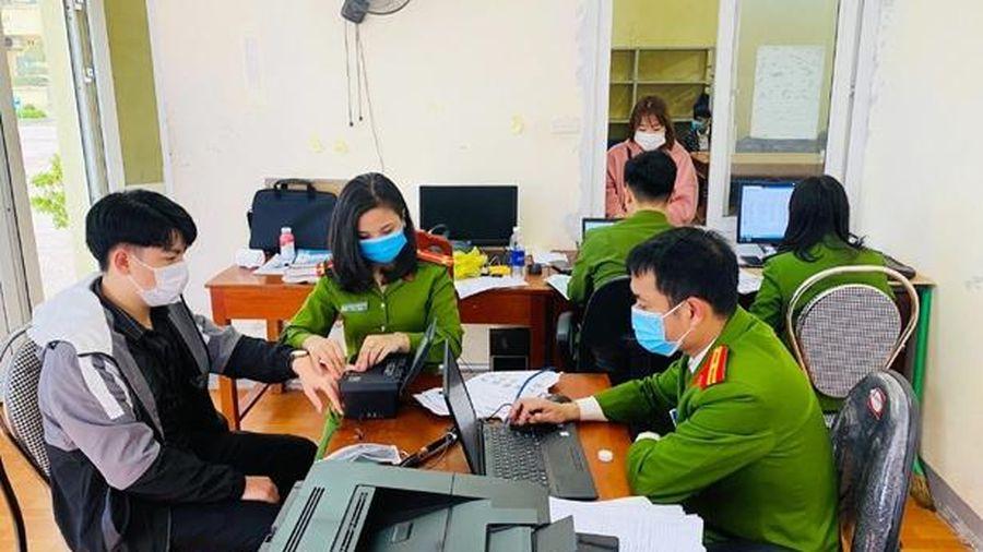 Ngày nghỉ, Công an Cẩm Xuyên bận làm thủ tục cấp thẻ căn cước công dân