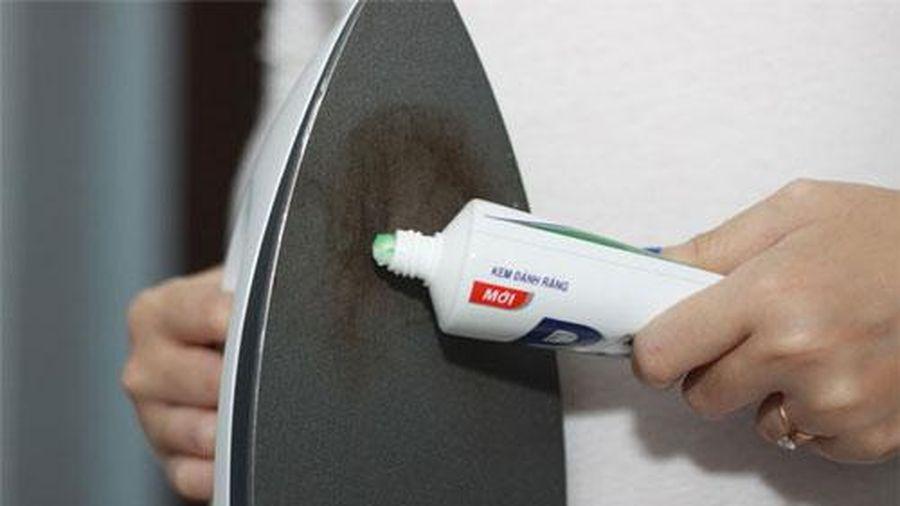 Cách làm sạch đáy bàn ủi bằng kem đánh răng phụ nữ nhất định phải biết