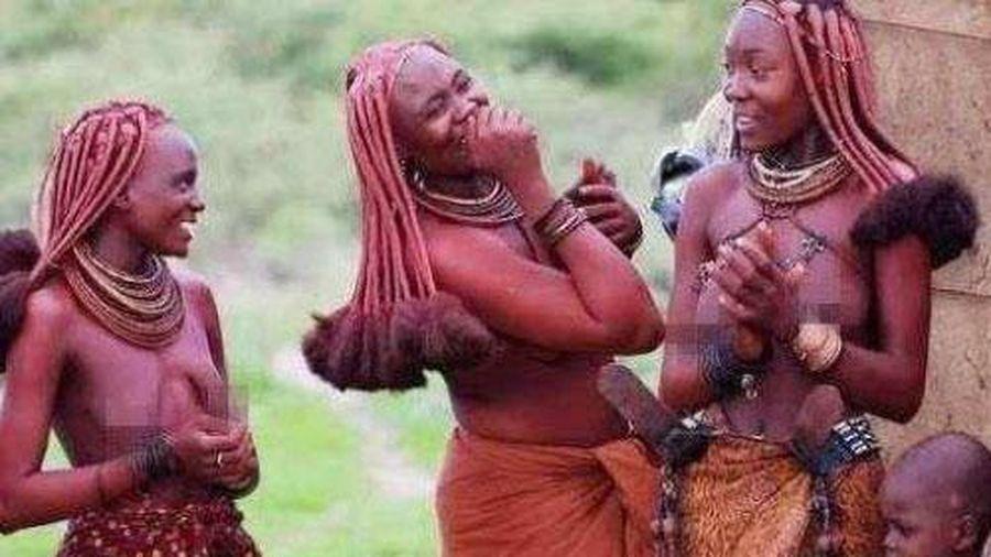 Bộ lạc nơi phụ nữ từ chối mặc quần áo, suốt đời bôi bùn đỏ lên người, đàn ông khó sống qua tuổi 15
