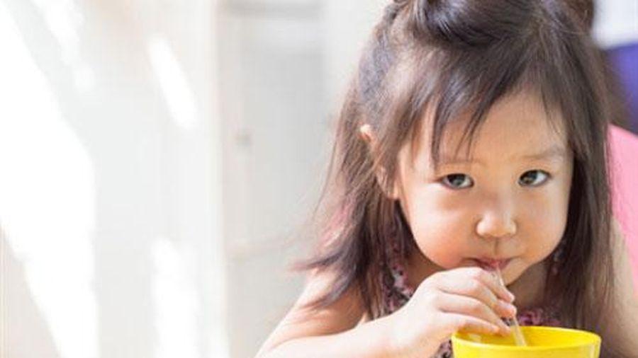 Uống nước ép hoa quả kiểu này mẹ đang hại con mà không hay biết