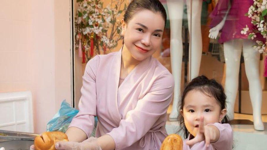 Trà Ngọc Hằng cùng con gái phát đồ chay miễn phí