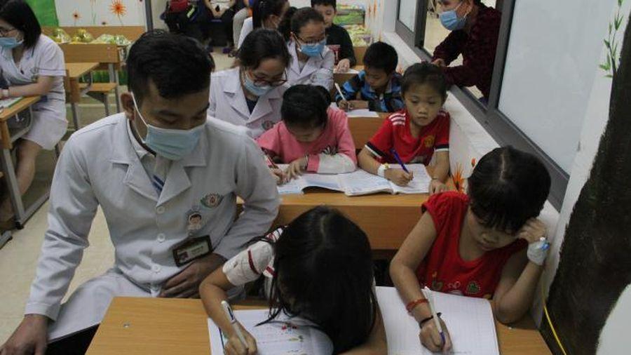 Giáo viên khoác áo blu trắng và những học sinh đặc biệt tại Trung tâm Huyết học Truyền máu tỉnh Nghệ An