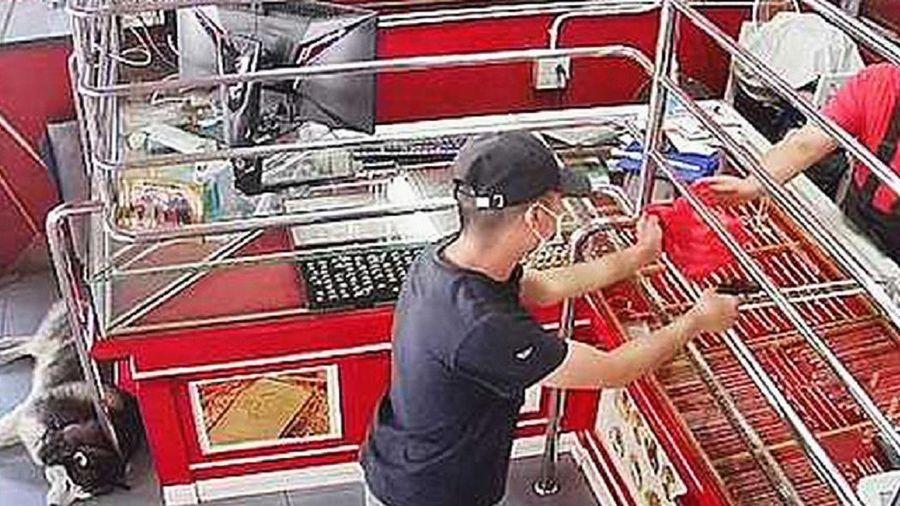 Bị cướp cầm súng xông vào tiệm vàng, chó cưng vẫn ngủ ngon lành khiến người chủ ngao ngán