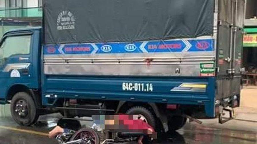 Xe máy va chạm ô tô khiến 2 thanh niên thương vong ở Nghệ An