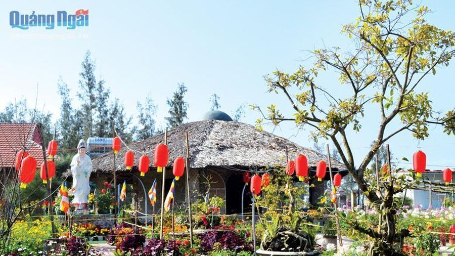 Vãn cảnh ngôi chùa làm từ 50.000 chai nhựa