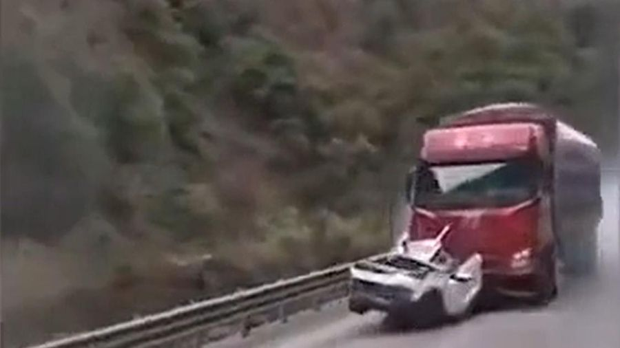 Xế hộp bị ô tô tải đâm kéo lê đến bốc cháy