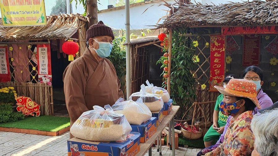 Phật giáo huyện Cần Giờ tặng 100 phần quà từ thiện