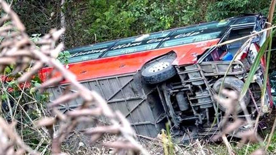 Ô tô khách lao xuống vực, phụ xe tử vong