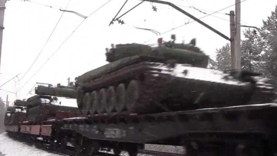 Một đoàn tàu dài chở lượng lớn thiết bị quân sự của Ukraine thẳng tiến đến Donbass