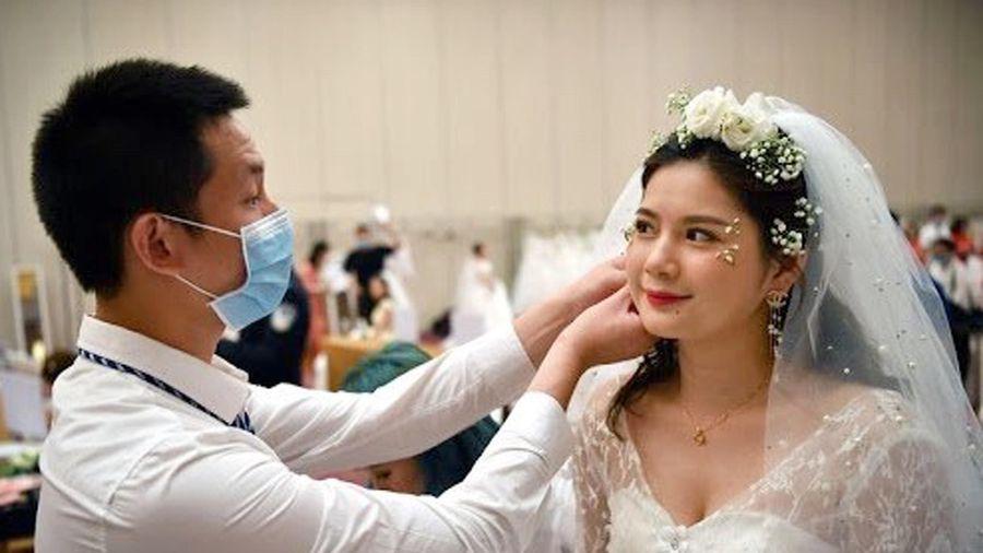 Đăng ký kết hôn dễ như mua vé tàu ở Trung Quốc
