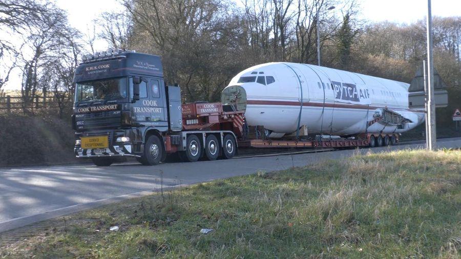Chiếc xe đầu kéo vận chuyển một phần của máy bay Boeing 727 dài 40 m