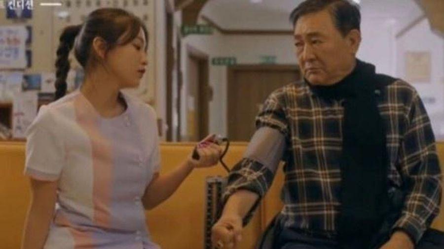 Ca sĩ Hàn bị chỉ trích vì mặc váy y tá quá ngắn
