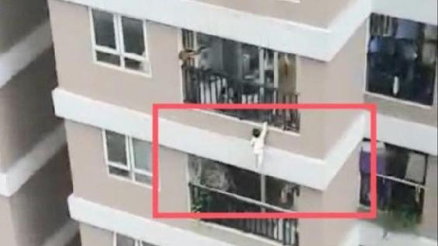 Hà Nội: Thót tim khi bé gái 3 tuổi rơi từ tầng 13 chung cư ở Thanh Xuân