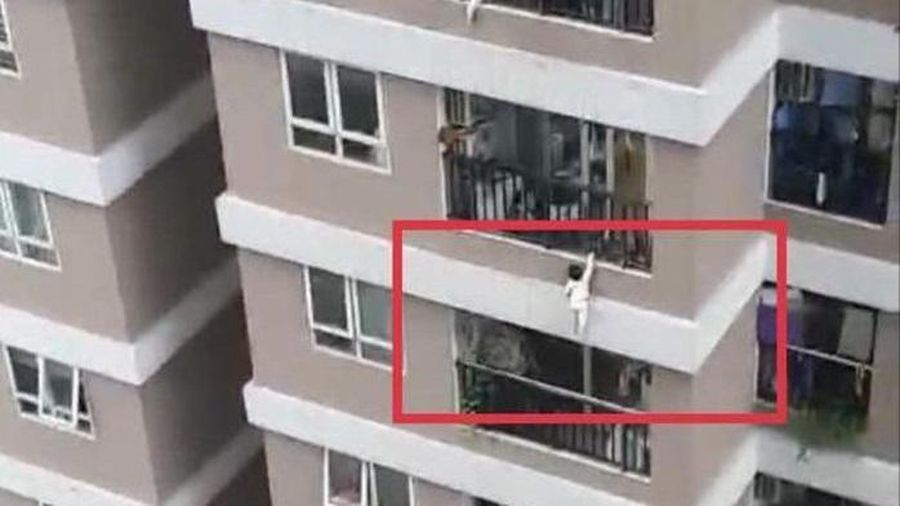 Hà Nội: Rơi từ tầng 13, bé gái 2 tuổi sức khỏe tạm thời ổn định