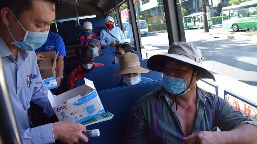 Dịch Covid-19: TP. Hồ Chí Minh phát khẩu trang và nước rửa tay miễn phí cho khách đi xe buýt
