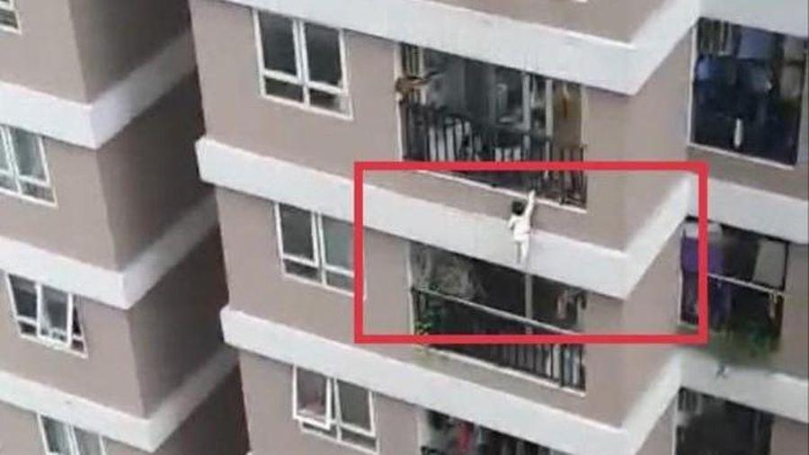 Bé gái rơi từ tầng 12 chung cư, may mắn được cứu sống
