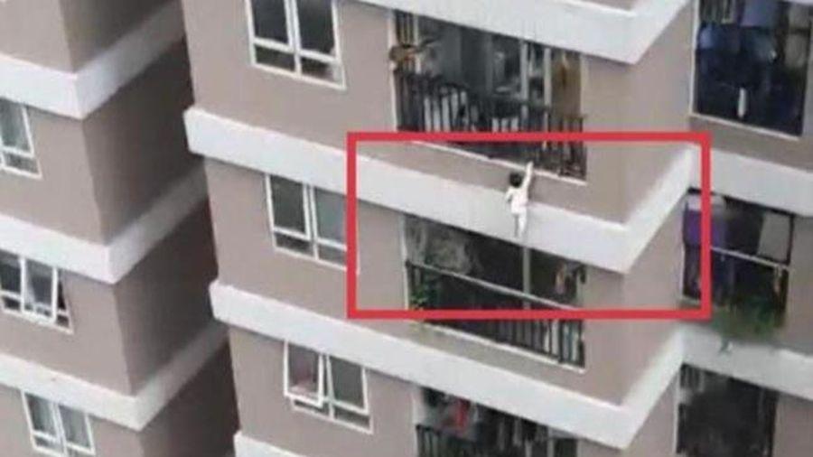 'Đứng tim' nhìn cảnh cháu bé rơi từ ban công tầng 12 chung cư