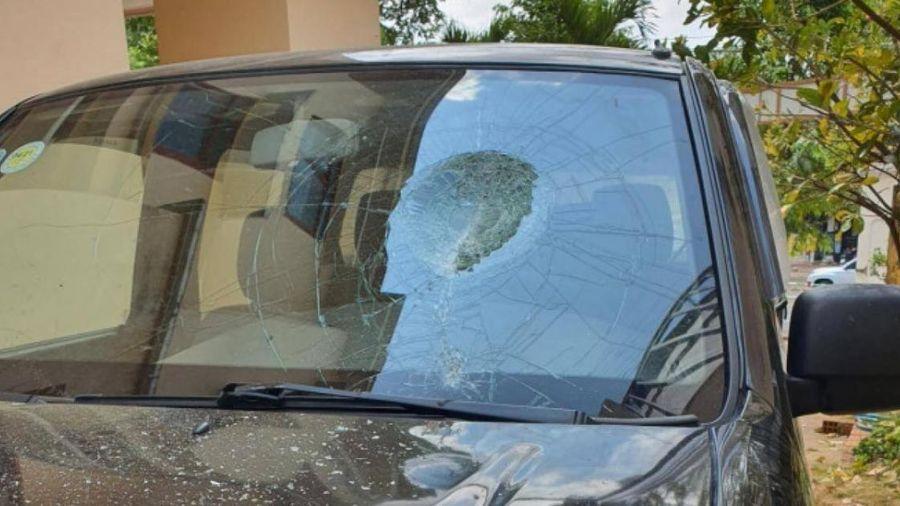 Gia Lai: Người đàn ông giận dữ dùng đá đập xe ô tô vì... đậu chắn cửa nhà