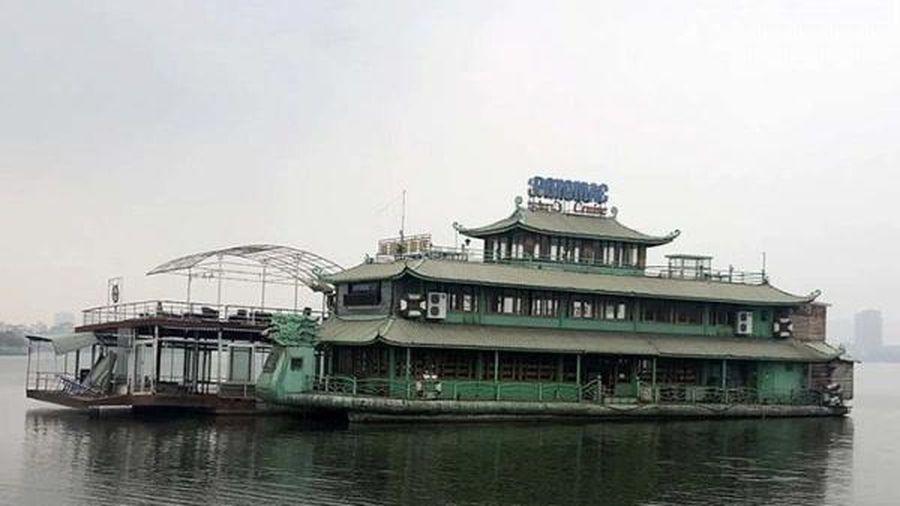 Loạt nhà hàng nổi, du thuyền thành đống sắt vụn hoang tàn trên hồ Tây