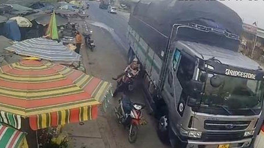 Triệu tập tài xế suýt gây họa với 2 mẹ con trên đường