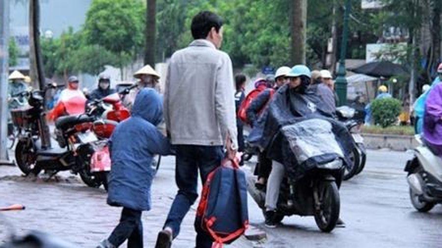 Học sinh Thủ đô đi học trở lại trong mưa rét