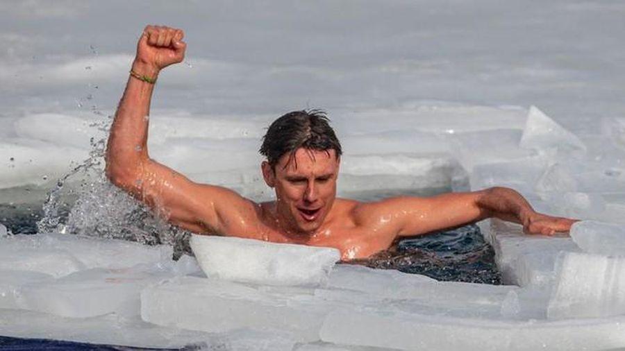 Bơi 81m dưới lớp băng dày, kình ngư Séc lập kỷ lục thế giới
