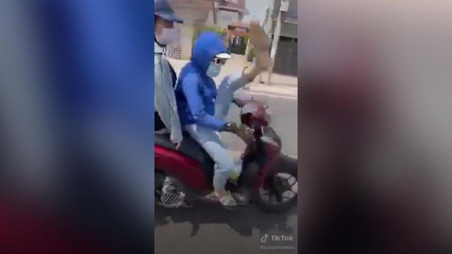 Ngán ngẩm cảnh cô gái chở bạn 'làm xiếc' ngay trên xe máy