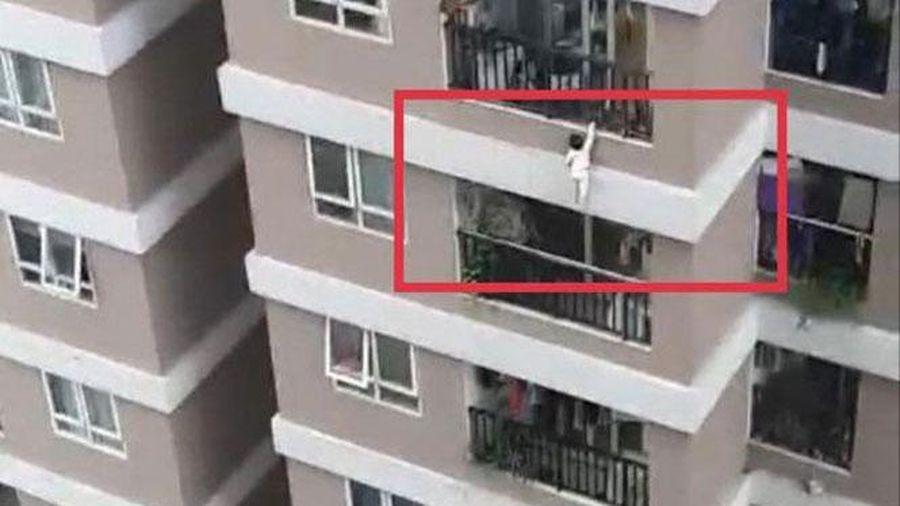 Hà Nội: Bé gái 2 tuổi rơi từ tầng 12A xuống được nam ''shipper'' cứu thoát