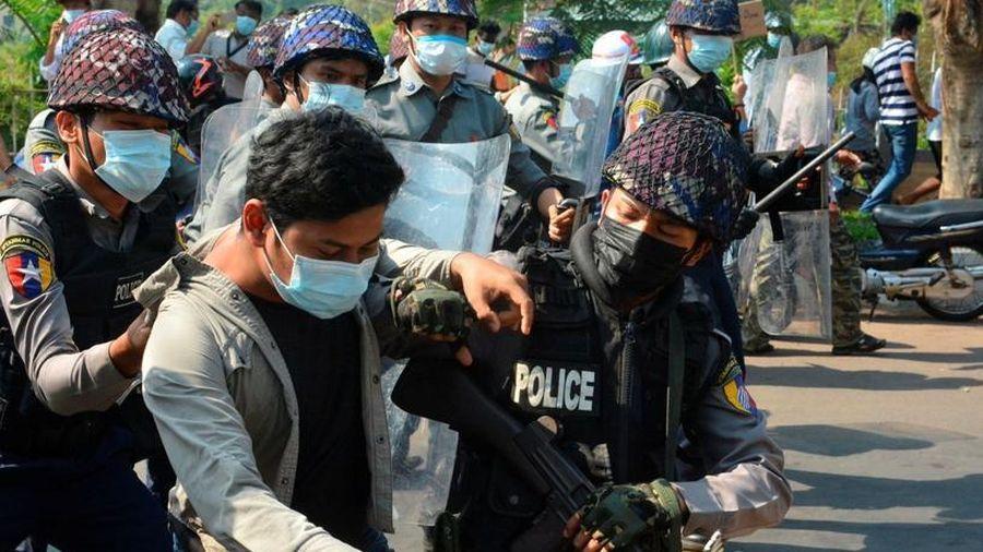 Đụng độ giữa người biểu tình và cảnh sát ở Myanmar, ít nhất 2 người thiệt mạng