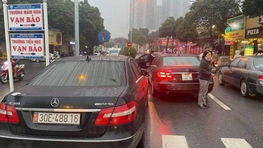 Hà Nội: 2 xe Mercedes biển số 'song sinh' đụng độ trên phố