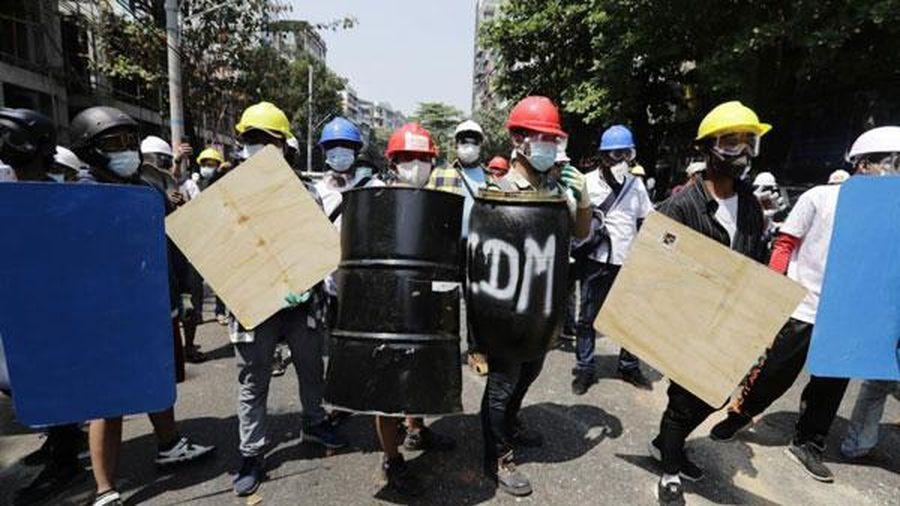 Chính biến tại Myanmar: Người biểu tình tiếp tục tuần hành sau vụ trấn áp đẫm máu của quân đội