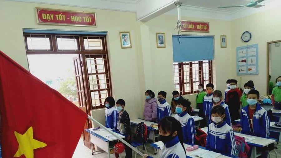 Học sinh Quảng Ninh phấn khởi đi học trở lại sau nhiều ngày nghỉ vì dịch Covid-19