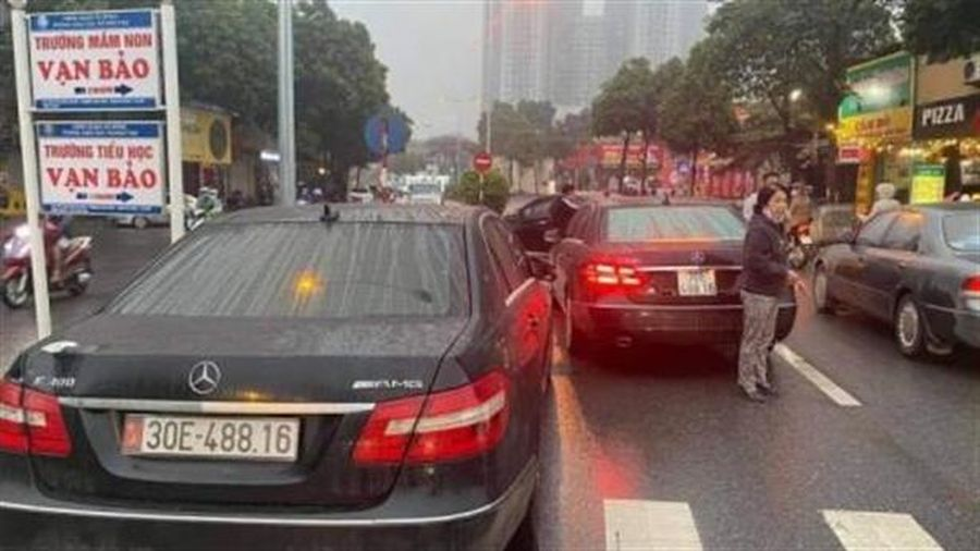 Hai ôtô Mercedes Benz cùng biển số: Cục CSGT xử lý nóng