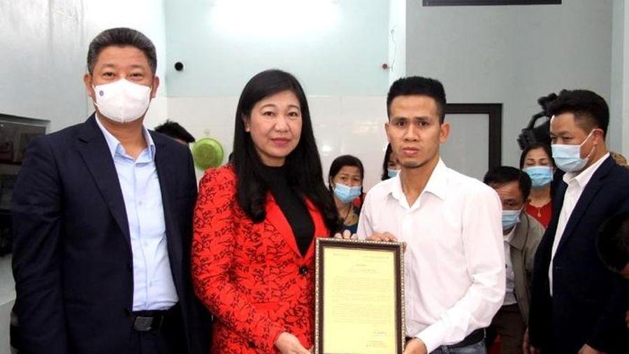 Trao Thư khen của Bí thư Thành ủy và Bằng khen của Chủ tịch UBND thành phố cho anh Nguyễn Ngọc Mạnh