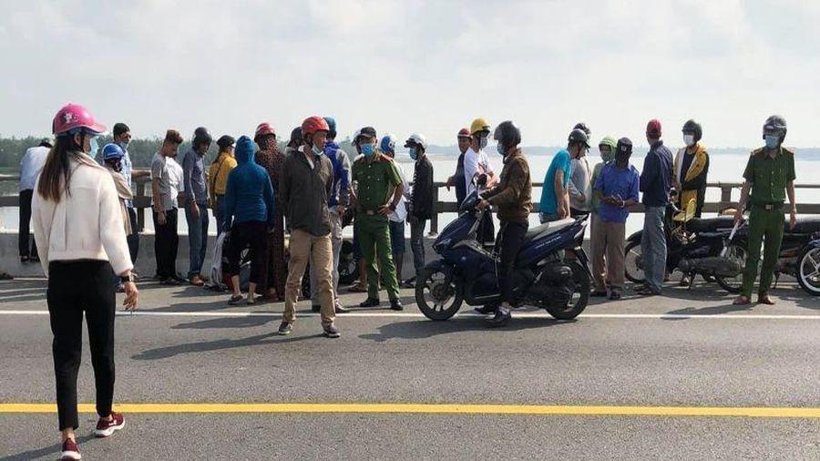 Nam thanh niên để lại xe máy, đôi dép nhảy cầu tự tử