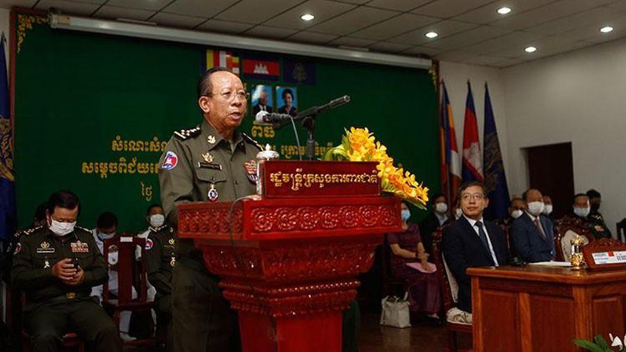 Không phải Thủ tướng, Bộ trưởng Quốc phòng Campuchia mới là người đầu tiên tiêm vắc-xin COVID-19